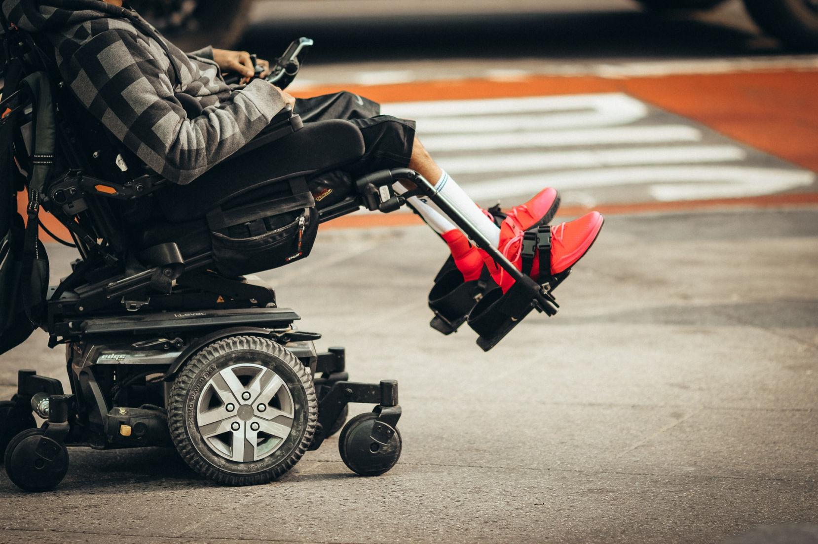 Persona con disabilità in carrozzina